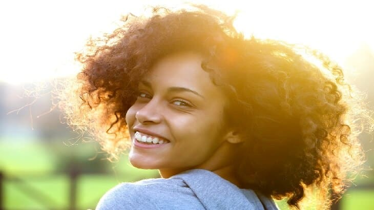 10 وصفات طبيعية لعلاج الشعر المجعد والخشن