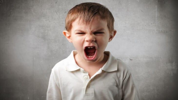 كيفية التعامل مع الطفل العنيد والعصبي والعدواني