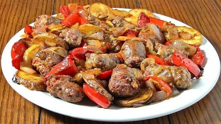 صينية البطاطس بالسجق ونكهة الثوم المميزة