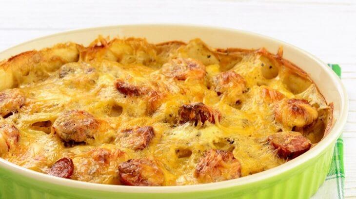 طريقة عمل البطاطس بالسجق والجبنة بالصور