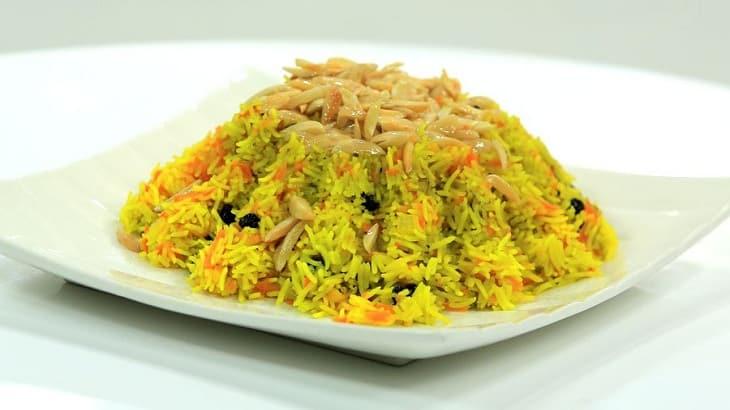 طبق أرز بسمتي باللون الأصفر مع الفلفل