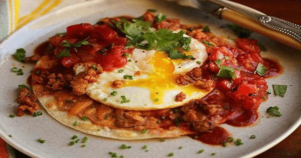 طريقة عمل اللحم المقدد مع البيض في البيت بالصور
