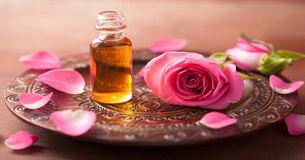 وصفات وفوائد زيت الورد للوجه قبل النوم