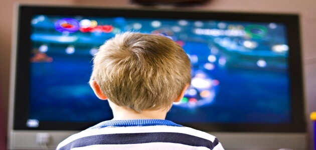 ايجابيات وسلبيات التلفاز على الأطفال
