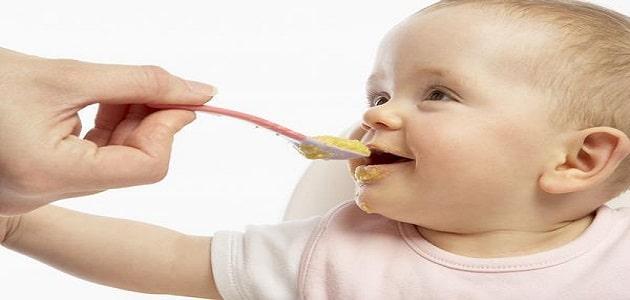 كيفية تغذية الطفل الرضيع بالتفصيل