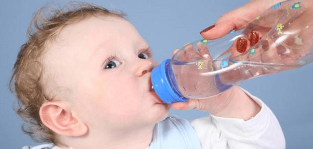 متى يشرب الطفل الرضيع الماء وكمية الماء التي يحتاجها