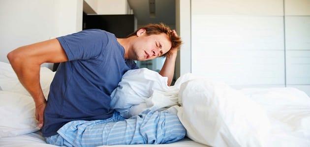 أسباب ألم وسط الظهر عند الاستيقاظ من النوم