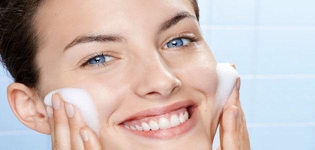 فوائد مسح الوجه بالحليب يوميًا