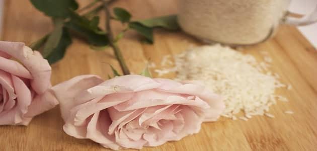 ماسك الأرز المطحون وماء الورد للبشرة