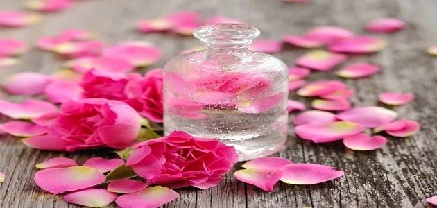 ماسك بودرة الأطفال وماء الورد لتبييض الجسم
