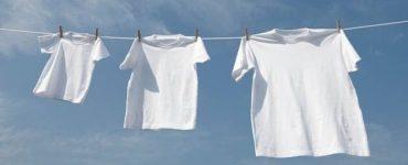 طريقة إزالة الألوان من الملابس البيضاء