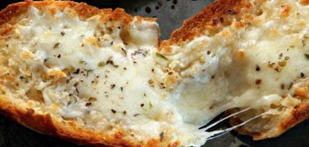 طريقة عمل توست بالجبن السائل والزيتون في الفرن في 10 دقائق فقط
