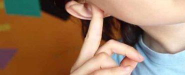 كيفية اخراج الماء من الاذن للأطفال