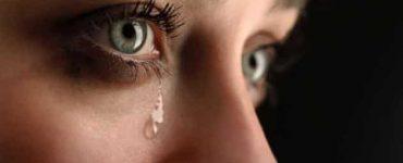 فوائد البكاء قبل النوم على البشرة علميا