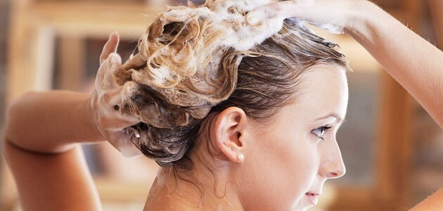 مخاطر وأضرار غسل الشعر يومياً