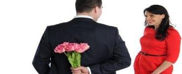 علامات تؤكد حب الزوج لزوجته بجنون