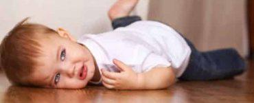 سقوط الطفل على رأسه والاستفراغ