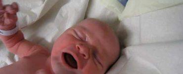 لماذا يبكي الطفل فور ولادته
