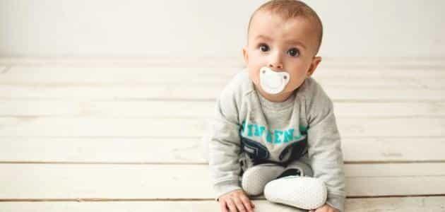 في أي شهر يجلس الطفل دون مساعده