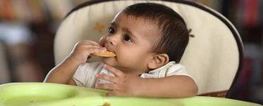 يأكل الطفل