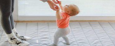 أساعد طفلي على الوقوف