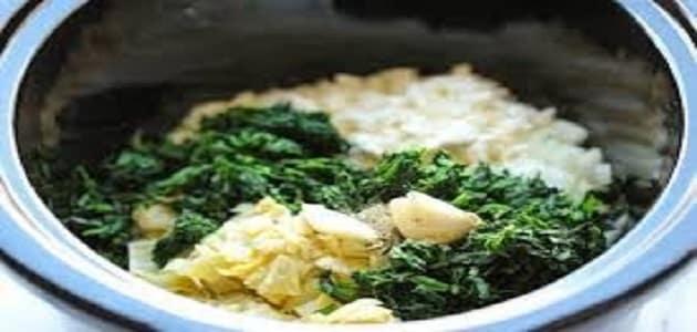 طريقة عمل السبانخ الخضراء بالأرز والصلصة